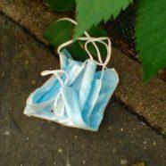 COVID-19: abandon de masques, de gants et de mouchoirs en milieu urbain – reportage photos